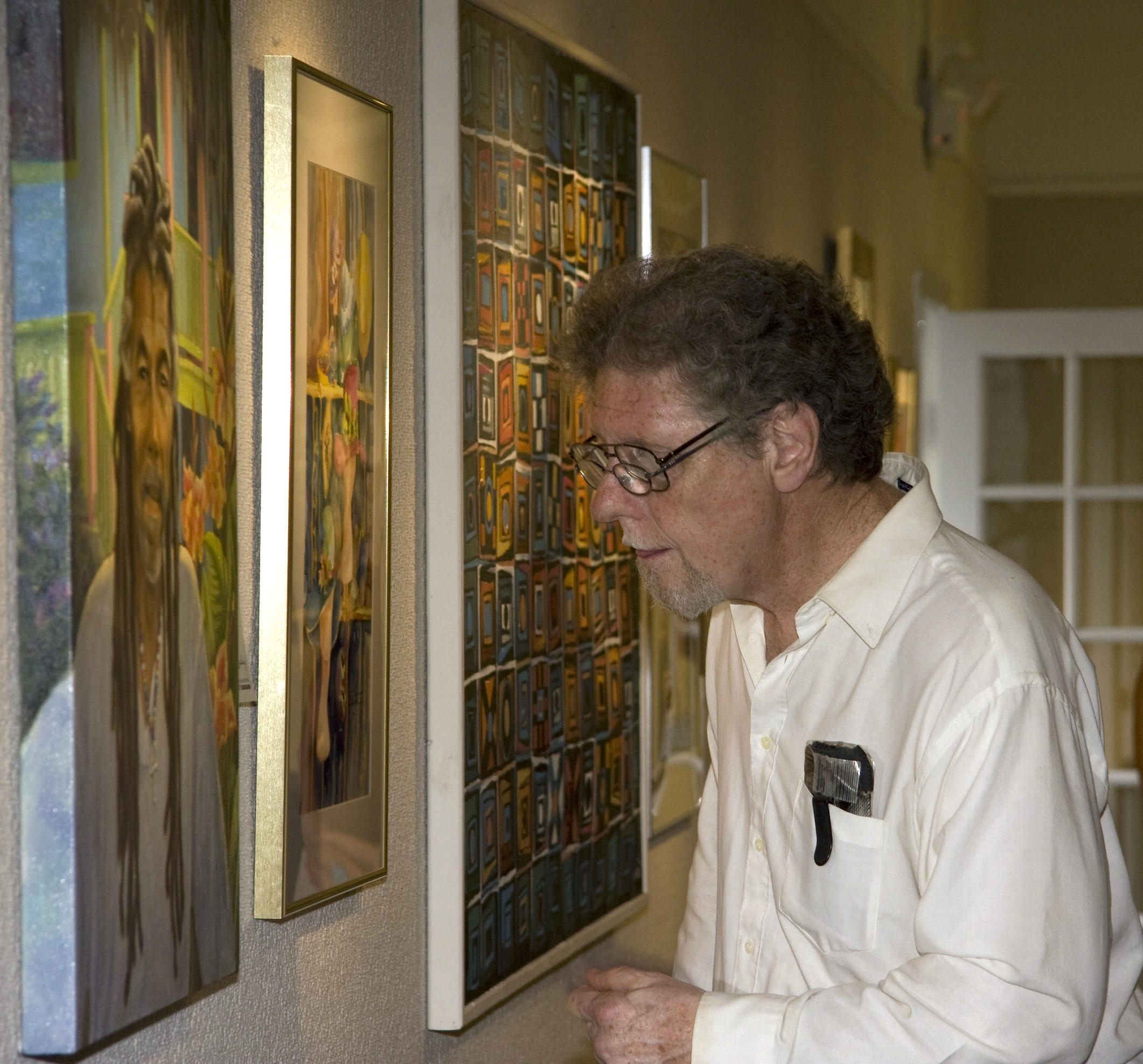 "Art enthusiast takes a closer look at the ""2013 Emmett Fritz Award"" painting by Teri Tompkins. Photo by ALICIA GRAY"
